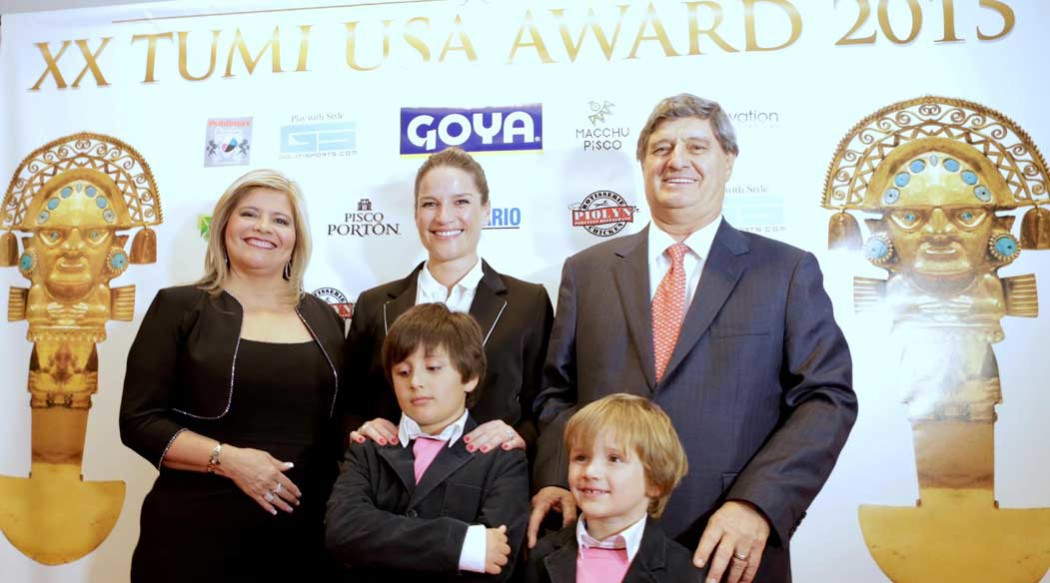 http://www.rauldiezcansecoterry.com/wp-content/uploads/2015/09/raul-diez-canseco-premio-tumi-1050x583.jpg