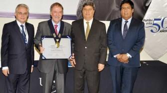 USIL distinguió con la medalla Valores Democráticos Fernando Belaunde Terry a destacado político argentino