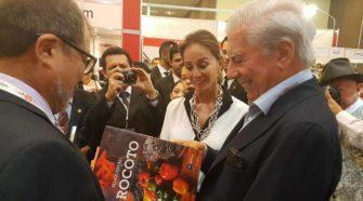 Premio Nobel Mario Vargas Llosa visitó estand de USIL en la FIL de Guadalajara